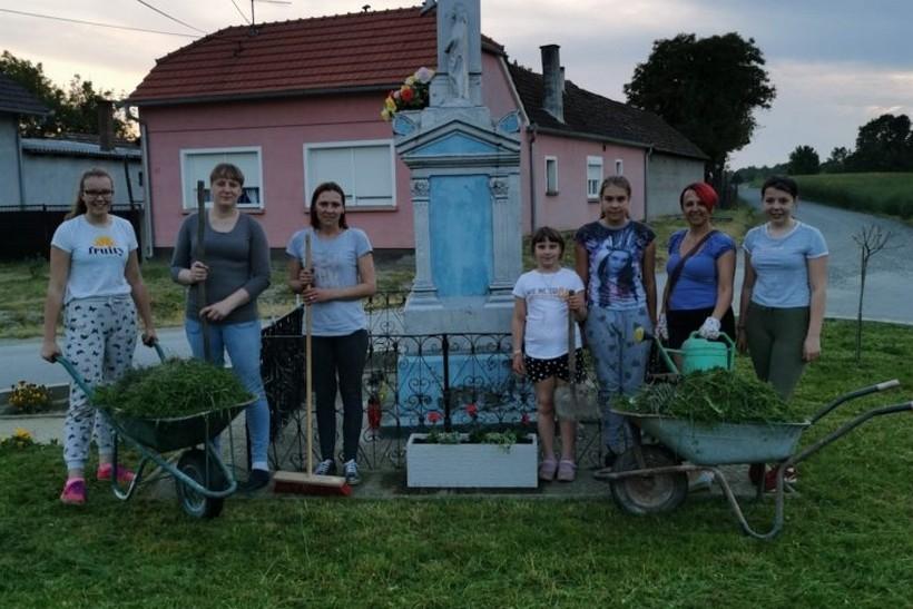 """Članice Udruge žena """"Crvene ruže"""" Botinovec uredile okoliš u svom naselju"""
