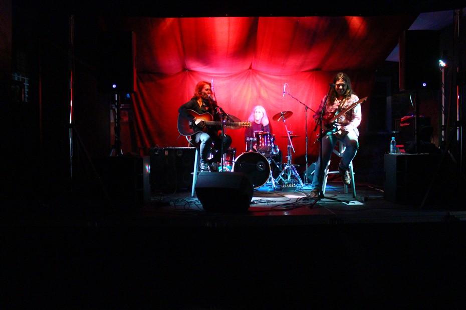 """🖼️ 🎦 Blues Rock Trio – Romana Orešnik, Josip Pavlović i Goran Markić oduševili na otvorenju prvog """"Ljeta u dvorištu"""""""