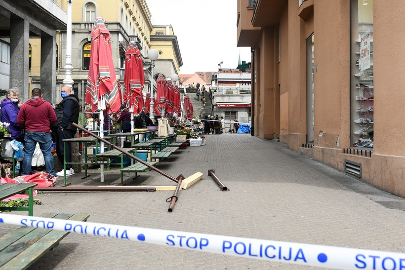 Zagreb: Metalna konstrukcija pala sa zgrade na glavnom Trgu i ozlijedila prolaznika