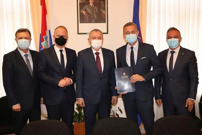 Ministar Horvat u Koprivnici Županijskoj upravi uručio Odluku o darovanju nekretnine u svrhu rekonstrukcije i nadogradnje Učeničkog doma u Koprivnici
