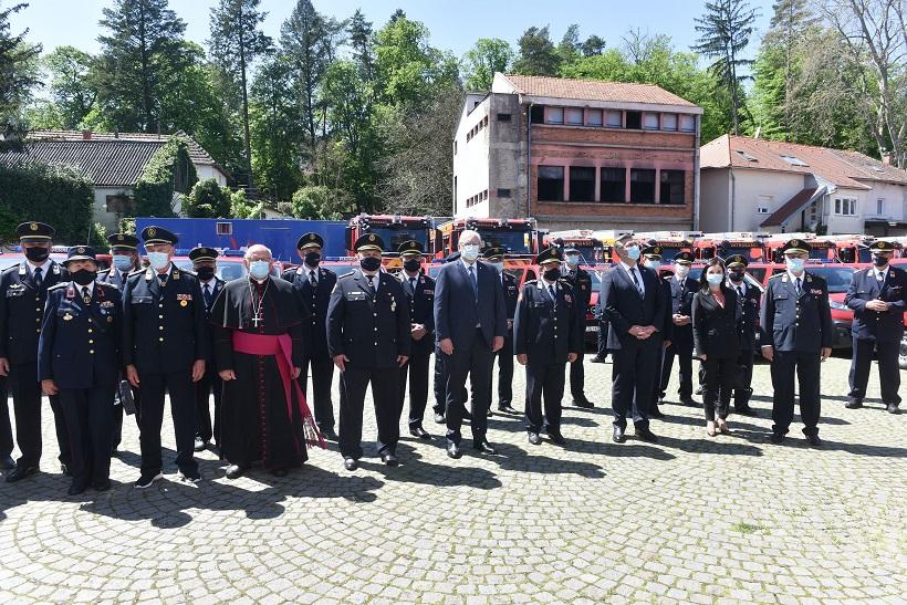Zagreb: Svečana primopredaja 75 kombi te 15 interventnih vatrogasnih vozila