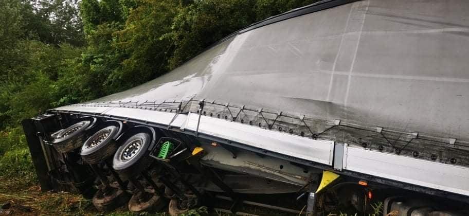 Kamionom probio zaštitnu ogradu i prevrnuo se