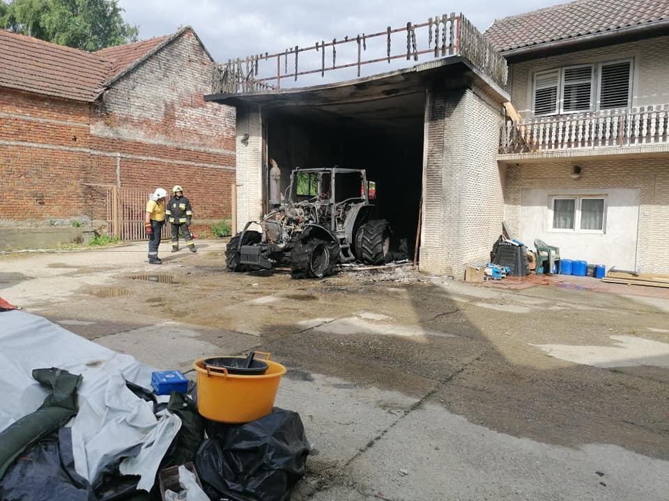 U Hagnju izgorio traktor i balirka, ozlijeđen vatrogasac
