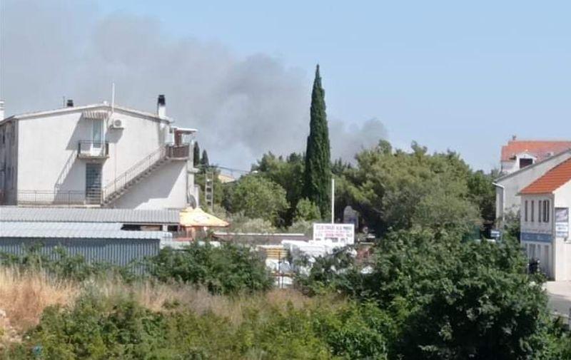 Požar kod Vodica stavljen pod kontrolu, izgorjelo 10 hektara niskog raslinja i borove šume