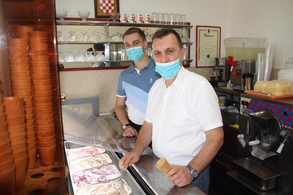 """OBITELJSKA TRADICIJA U slastičarnicu Dinamo u Vrbovcu svi se """"navek"""" rado vraćaju"""