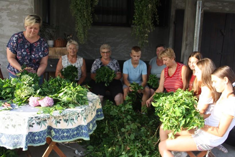 Vijencem od bršljana i hortenzija ukrasili kapelu Uznesenja BDM kod Vrbovca