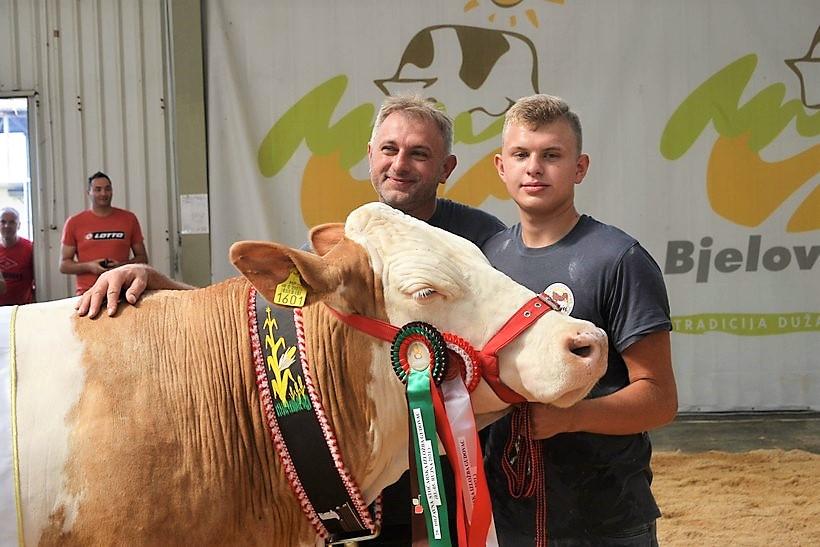 DRŽAVNA IZLOŽBA SIMENTALCA U GUDOVCU Obitelj Bukal iz Praščevca – ponosni vlasnici šampionske krave Roberte!