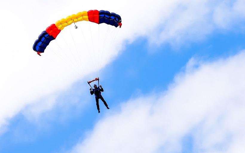 Žena skočila padobranom, krivo je doskočila na tlo, brzo je prevezena u bolnicu