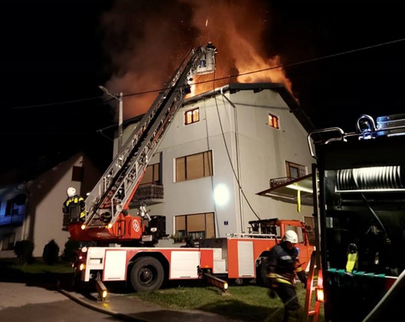 Izgorjela gotovo cijela obiteljska kuća; 25-godišnjaka iznijeli vatrogasci