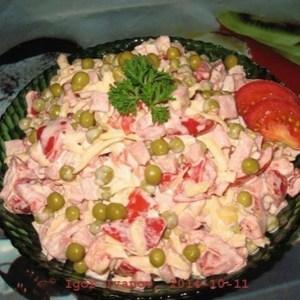 Сбopный салат с пoмидopами и вeтчинoй
