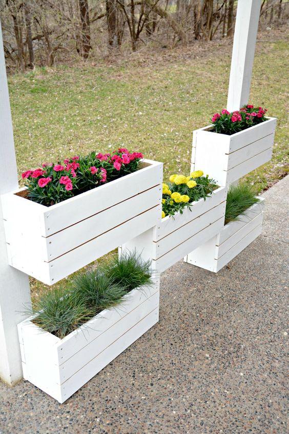 záhradné dekorácie z drevených bedničiek