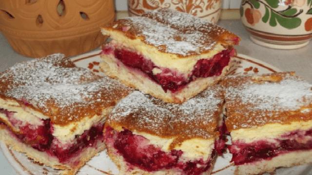 Švestkový koláč s pudinkem a zakysanou smetanou