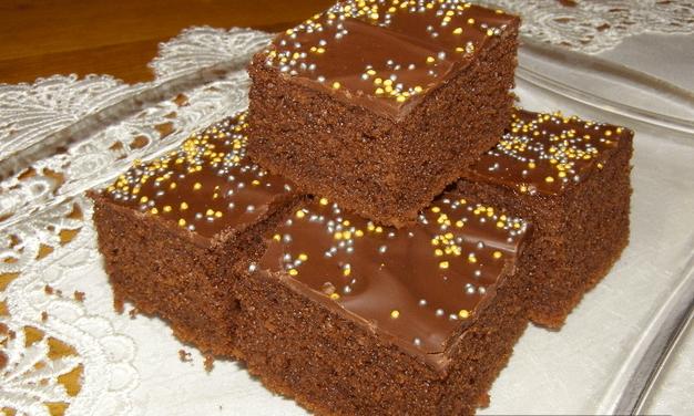 Hrnečkový recept na jednoduchou čokoládovou buchtu se smetanou