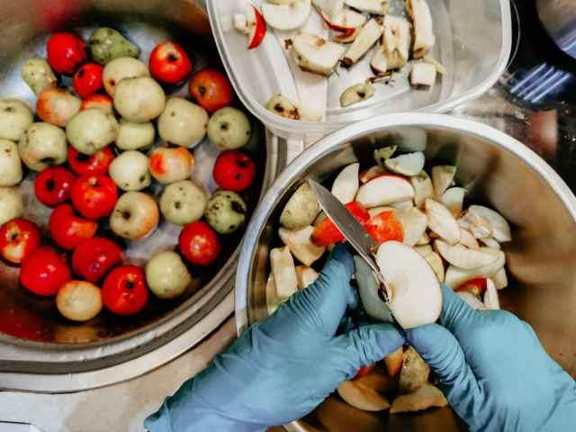 Rozkrájame si jablká na menšie kúsky
