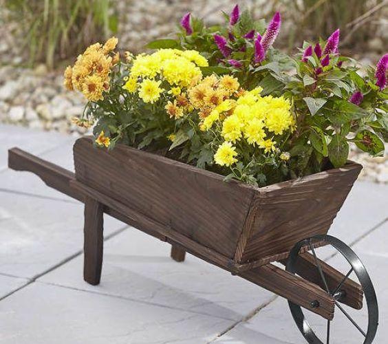 Jak proměnit rozbité zahradní kolečko v dekorace