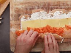kuřecí roláda s majonézou plněná sýrem a rajčaty