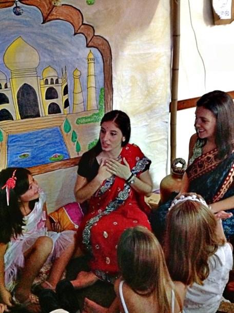 """Unas """"hindúes"""" fakes con la vestimenta típica no fake de visita (gracias Annie y Normi)"""