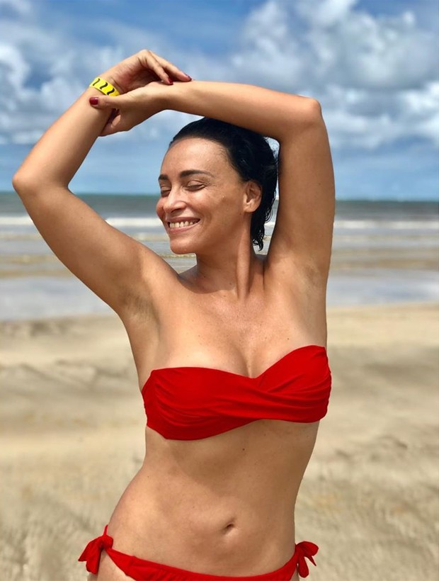 Suzana Pires posa toda exuberante de biquíni vermelho