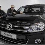 Roqueiros da banda Scorpions posam com a Volkswagen Amarok ao lado dos Scorpions