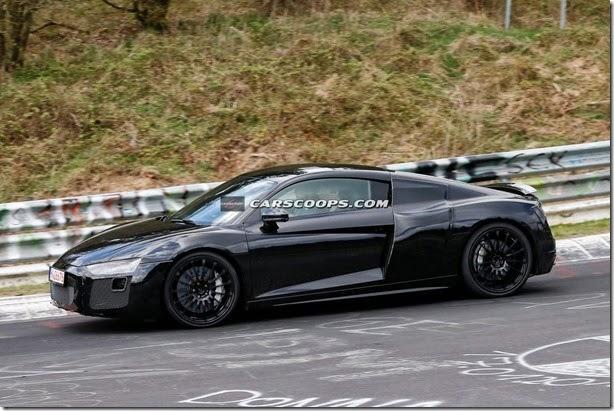 Novo Audi R8 é flagrado quase sem disfarces, e no lugar certo
