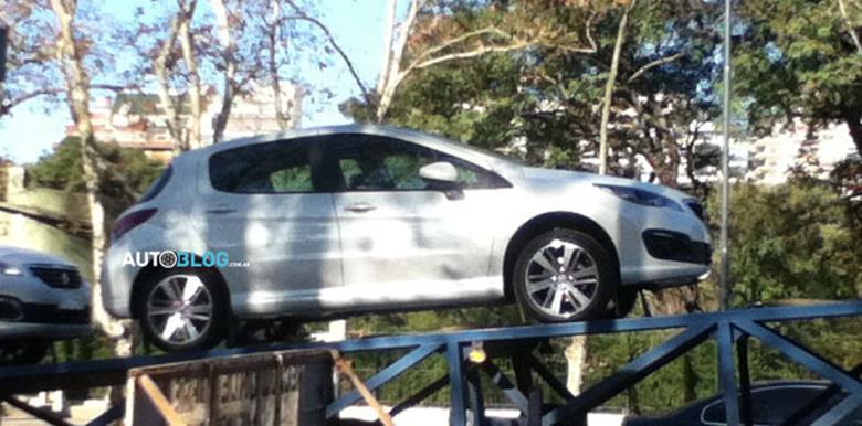 Peugeot 308 reestilizado é visto antes de sua estreia em Buenos Aires