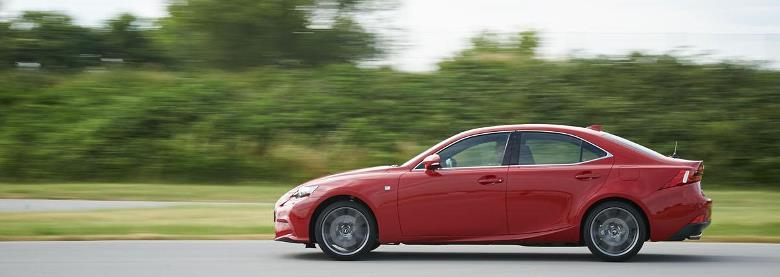 Lexus revela inédito IS 200t, primeiro sedã turbo da marca