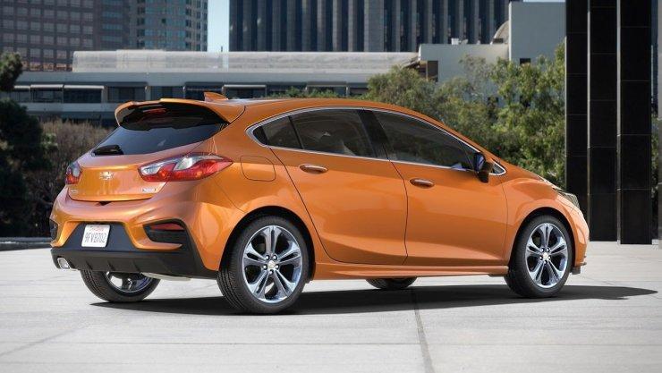 2017-Chevrolet-CruzeHatch-Detroit-1