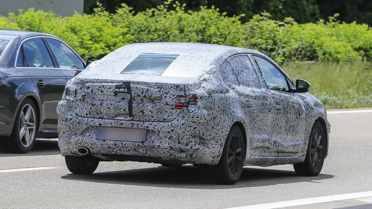 2016-renault-fluence-spy-photo (3)