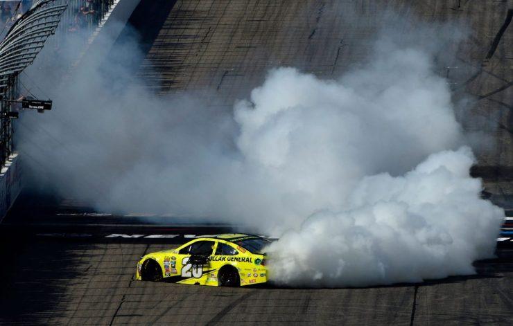 Matt Kenseth comemorando a vitória com o tradicional burnout