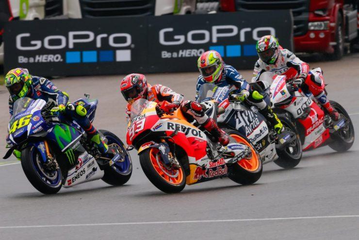 Rossi e Márquez disputando posição no início da corrida