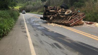 Foto de Caminhão tomba e derrama óleo na rodovia que liga Viçosa e Coimbra
