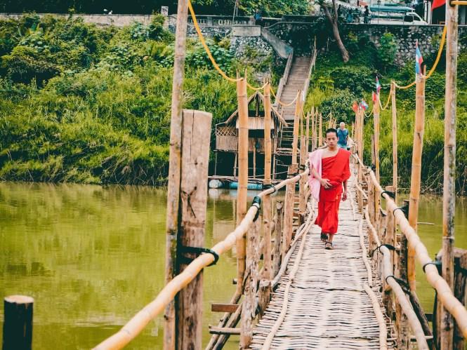 O que fazer em Luang Prabang - Monge na ponte de bambu