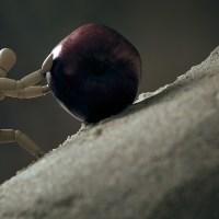 La historia del hombre que empujaba una piedra por una pendiente