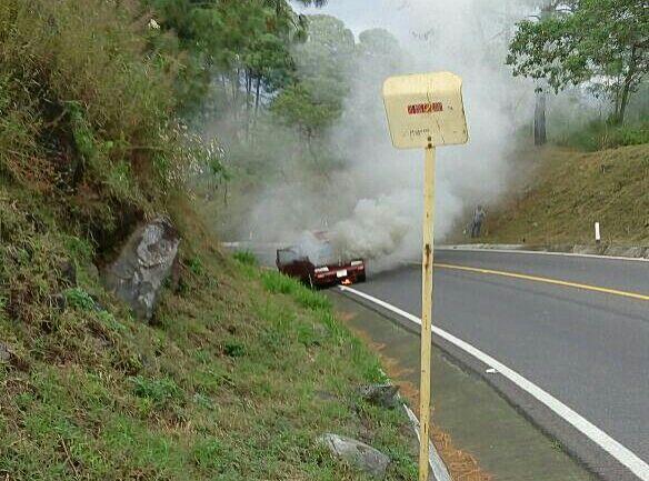 auto-humo-carretera