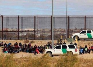 Más de 400 migrantes cruzan a EU desde México y piden asilo