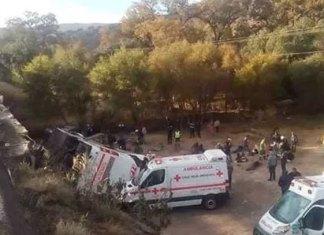 Vuelca autobús de pasajeros; mueren al menos 9 personas en SLP