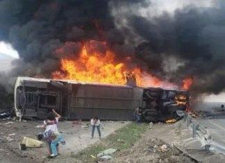 Autobús de pasajeros vuelca y se incendia en Veracruz