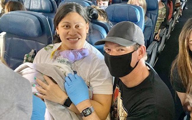 Mujer da a luz en avión con destino a Hawái