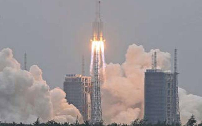 Temen lluvia de escombros por cohete chino incontrolado