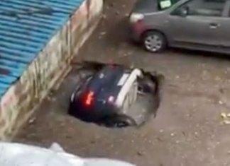 Se abre socavón en la India y captan momento cuando se traga un auto