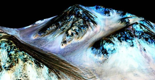 Cuenca marciana por donde fluye agua líquida. Vía NASA/JPL.