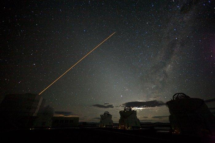 El primer sistema de óptica adaptativa del VLT. Ahora son cuatros rayos. Crédito: ESO/H.H.Heyer