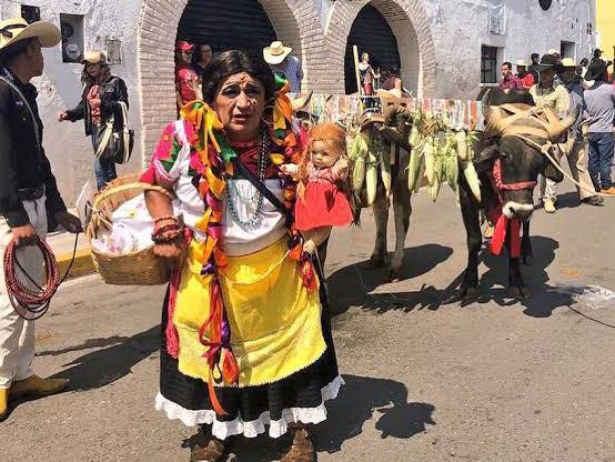 Hombres Vestidos De Mujer Festejan A Un Santo