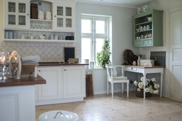 As a homeowner, it is your right to choose what the best interior designs are for your kitchen cabinets. That includes finding clever storage ideas.