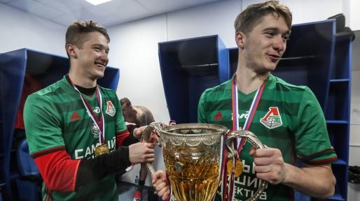aleksey-miranchuk-und-sein-bruder-anton-miranchuk-feiern-den-titel-mit-lokomotiv-moskau-1528030798-15717