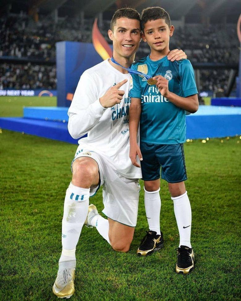 Cristiano Ronaldo și fiul său. Sursă foto: pinterest.com