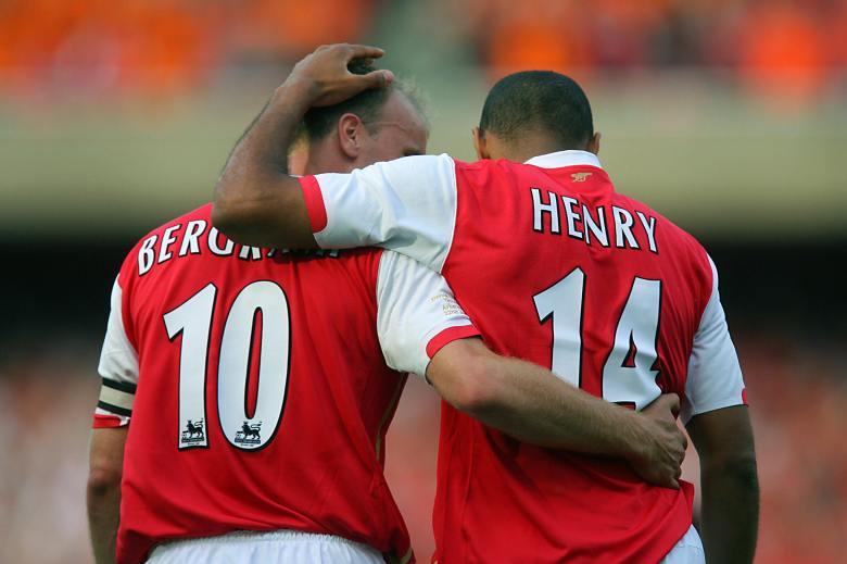 Thierry Henry și Dennis Bergkamp. Sursă foto: goal.com