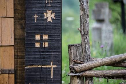 Poarta bisericii de lemn din Crivina de Sus, realizată în 2013 de voluntari