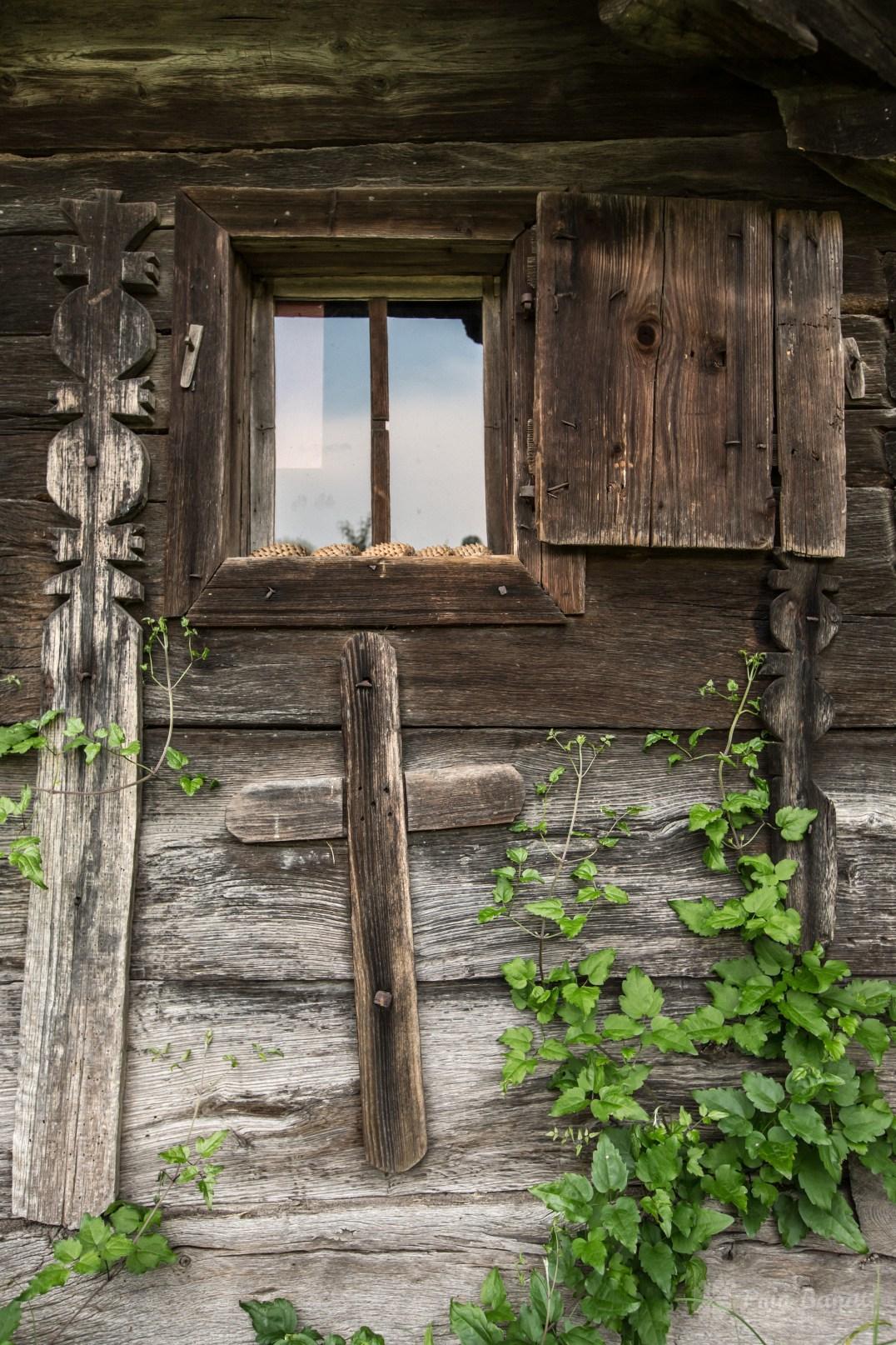 Cruci votive aplicate pe pereţii bisericii de lemn din Crivina de Sus
