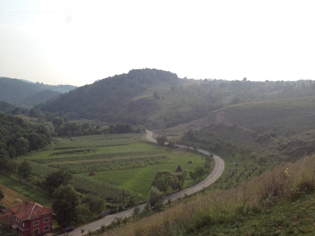 Drumul de acces către satul Crivina de Sus
